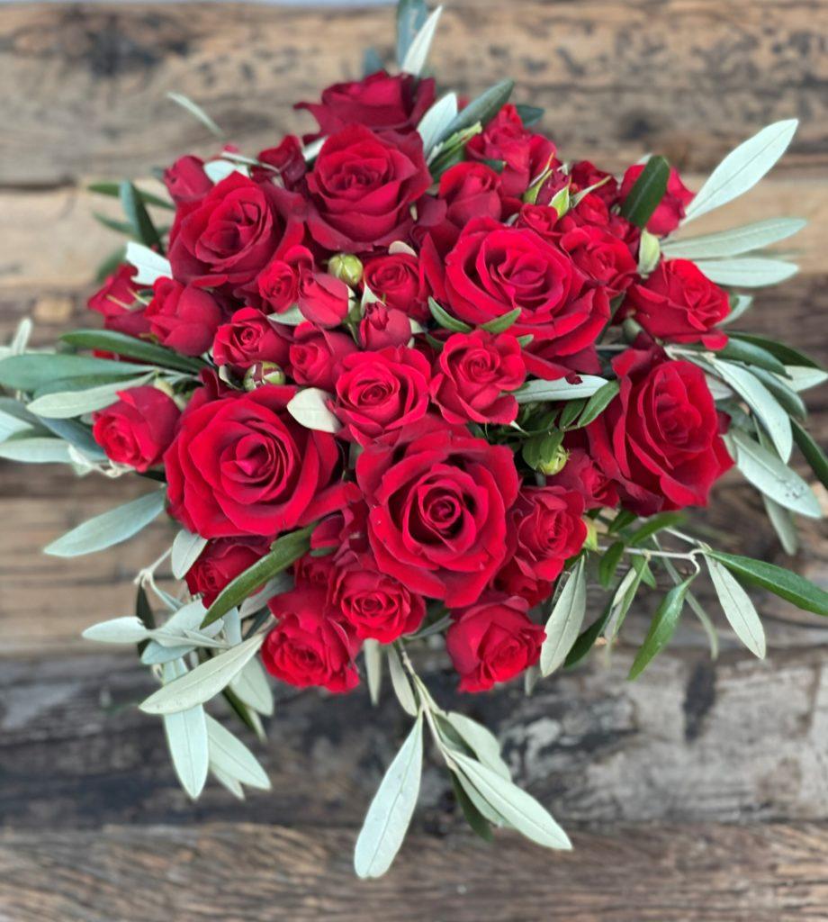 Bukett med røde roser og grenroser